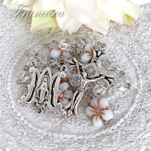 マリア様と春の白い花のロザリオ