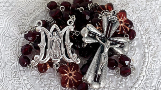 赤い花のロザリオ Rosary with Czech beads – Red Flower