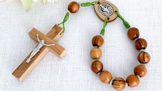 ベツレヘムのオリーブウッドビーズのミニロザリオ(若草) Rosary with Olive wood beads –Green