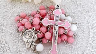 ピンクの十字架と小さなバラのロザリオ